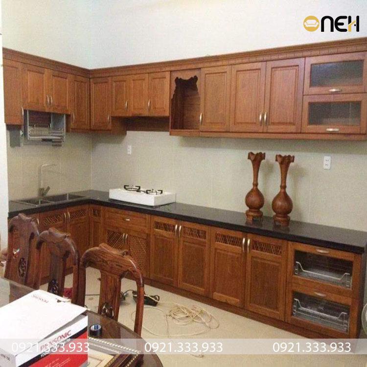 Tủ bếp làm bằng gỗ tự nhiên thiết kế sang trọng tinh tế