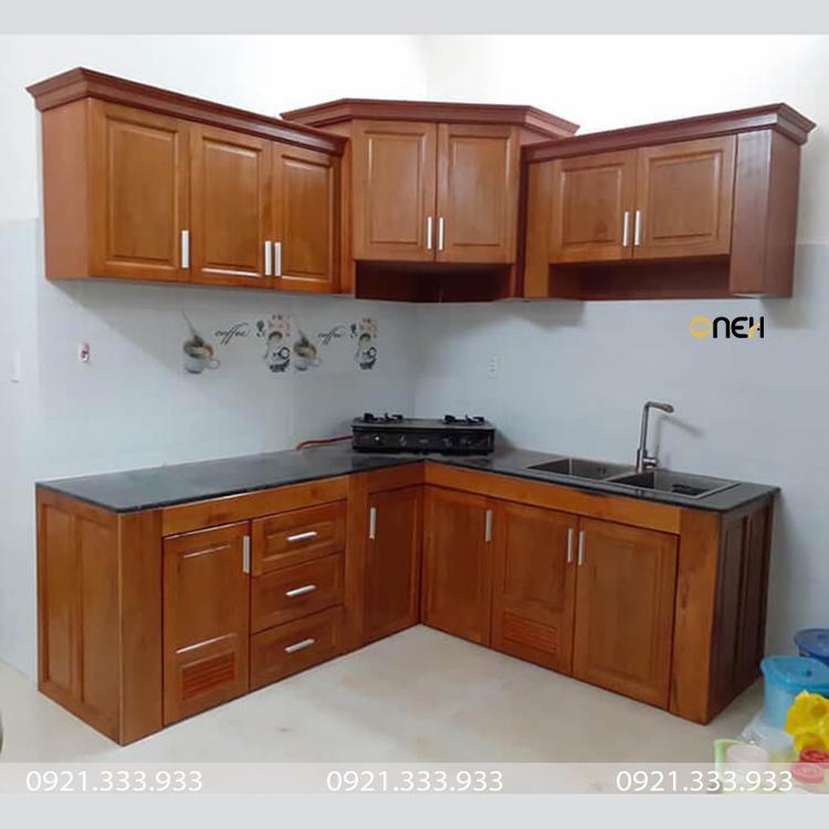 Tủ bếp gỗ căm xe khi dùng lâu sẽ chuyển sang màu gỗ nâu đậm