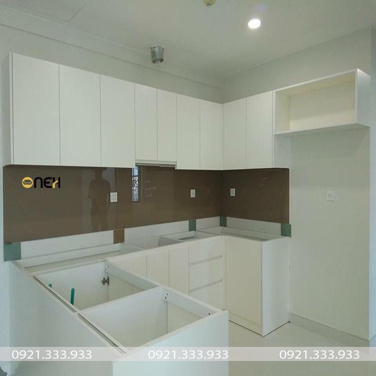 Các khoang tủ có kích thước phù hợp đẻ lắp đặt các phụ kiện tủ bếp