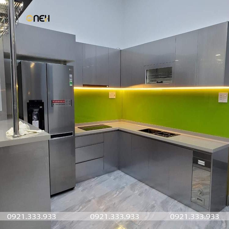 Tủ bếp có lớp kính ốp trong phản chiếu ánh sáng tốt