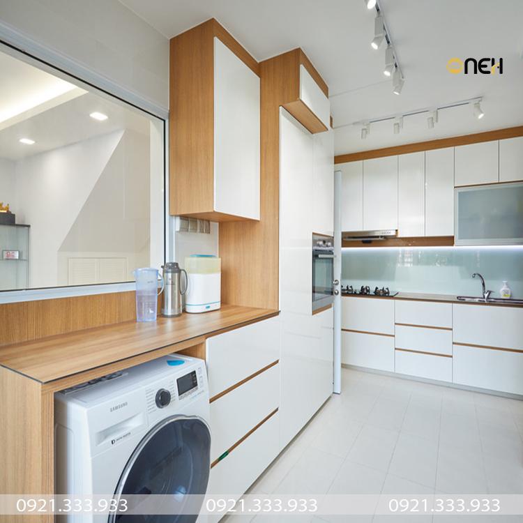 Tủ bếp dưới được tận dụng để làm khoang chứa máy giặt