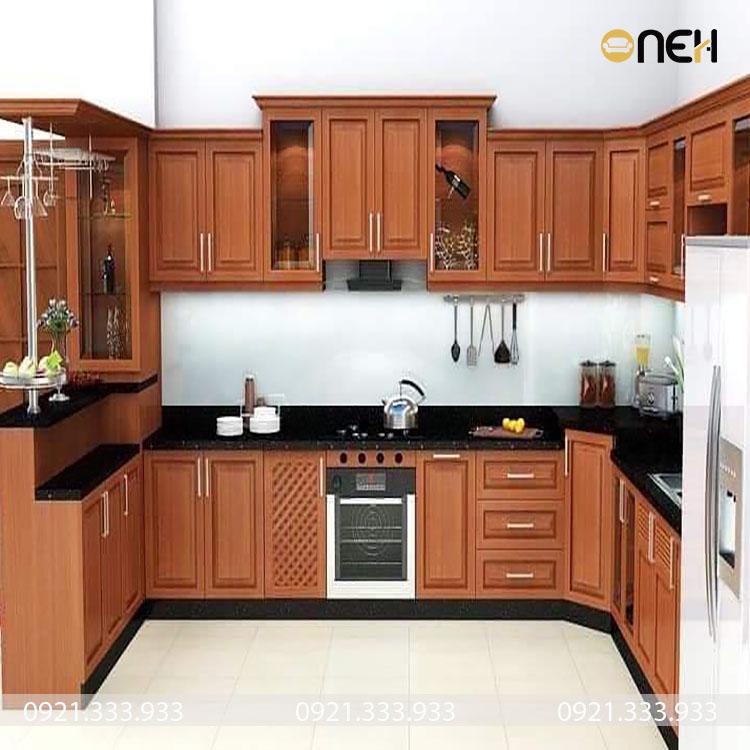 Tủ bếp chữ U bằng gỗ tự nhiên có màu gỗ tinh tế sang trọng
