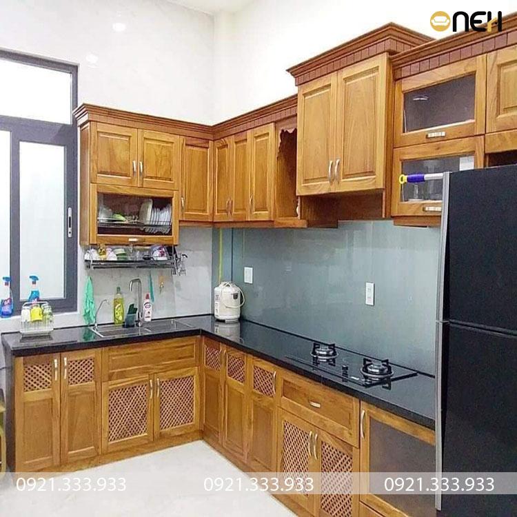 Tủ bếp gỗ tự nhiên có thiết kế tủ bếp trên được cách điệu đẹp mắt