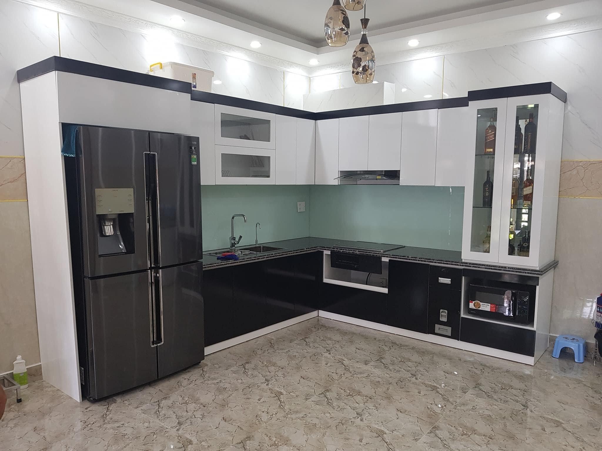 Đóng tủ bếp nhôm kính với kết cấu nhiều ngăn, mang đến không gian cất trữ lớn