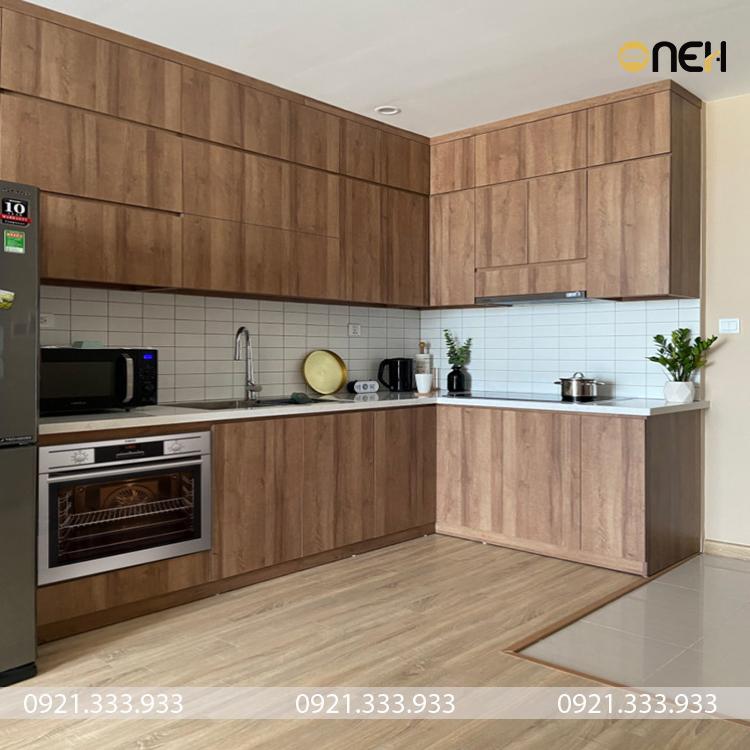 Tủ bếp treo tường bằng gỗ tạo sự cân xứng trong thiết kế