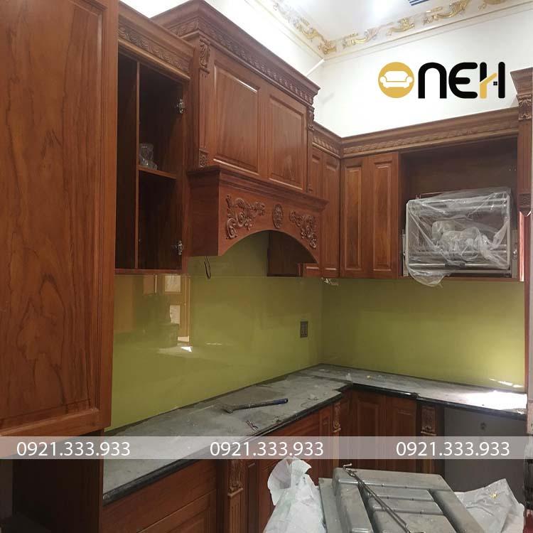 Tủ bếp gỗ căm xe có màu gỗ đẹp, tủ bếp được chạm khắc các họa tiết phức tạp