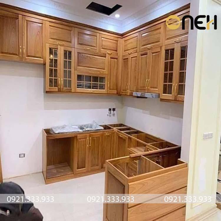 Tủ bếp được làm từ 100% gỗ thịt xoan đào nên có độ bền cao