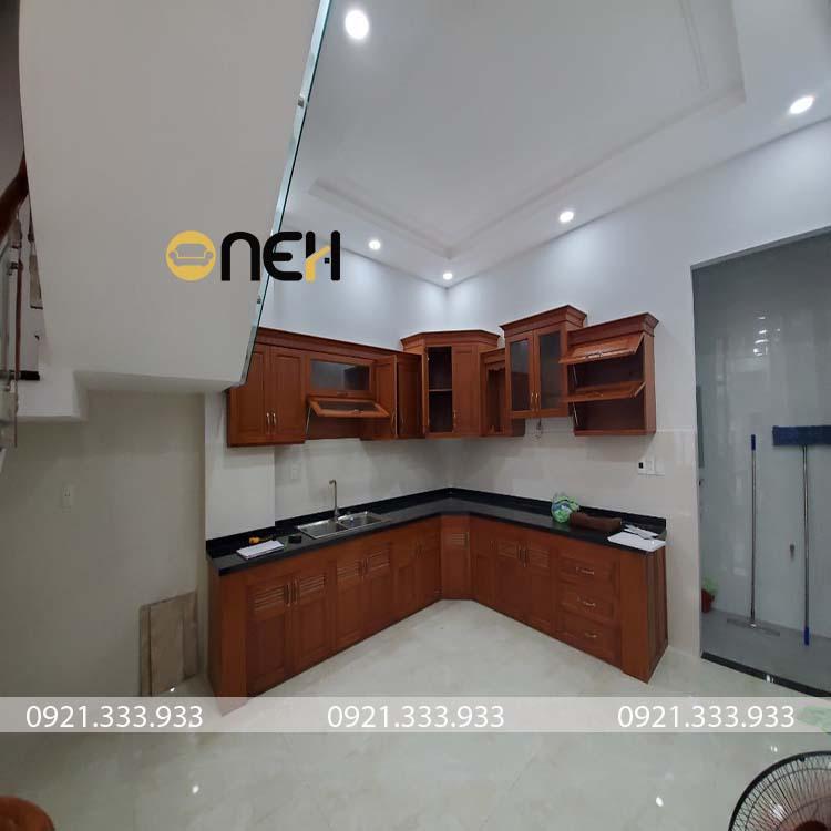 Tủ bếp mẫu 10 được thiết kế hiện đại, với phần cách điệu các khung ngăn tủ bếp trên có phần khác biệt