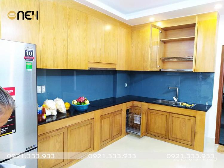 Tủ bếp gỗ tự nhiên chữ L có màu gỗ sáng hiện đại