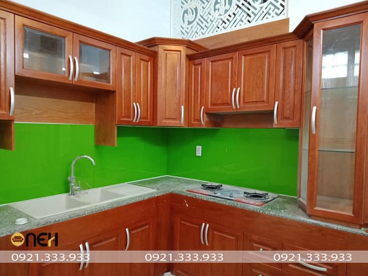 Tủ bếp gỗ tự nhiên có màu gỗ đậm thể hiện sự mộc mạc, gần gũi