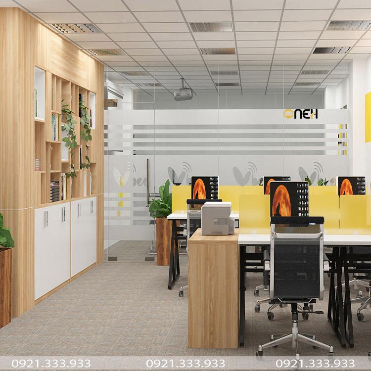 Phòng làm việc nhân viên có các bàn làm việc và kệ tủ bằng gỗ công nghiệp