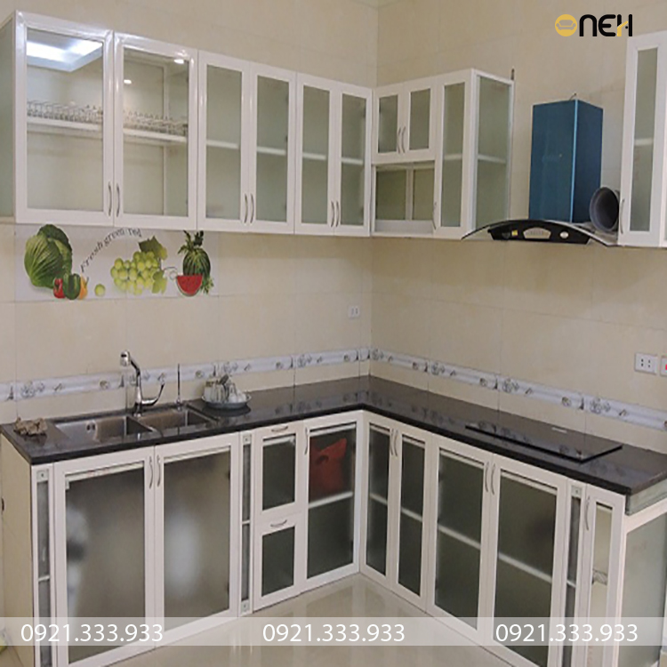 tủ bếp khung inox 304 kết hợp cánh tủ kính có giá khá rẻ trên thị trường