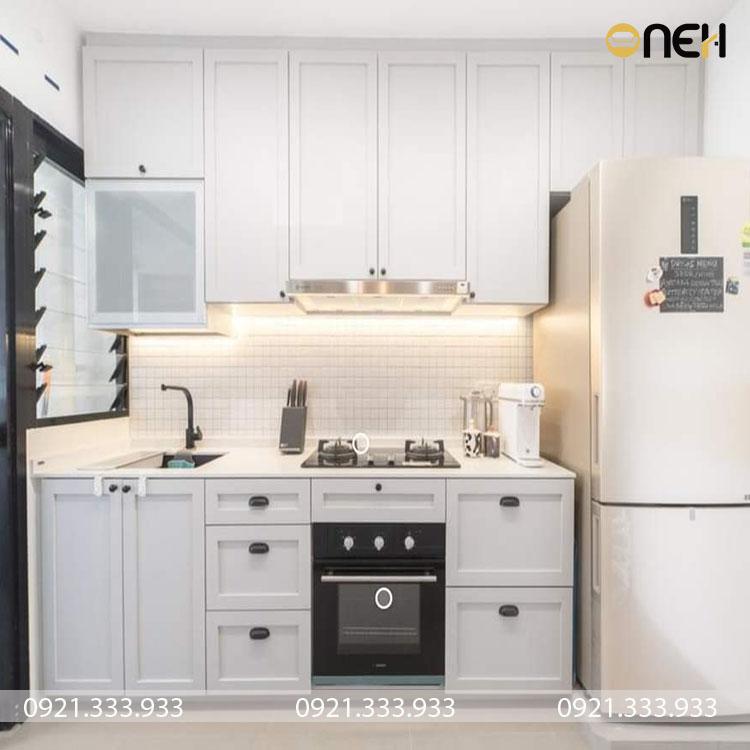 Tủ bếp gỗ sồi Nga được sơn màu trắng mang phong cách thiết kế tân cổ điển