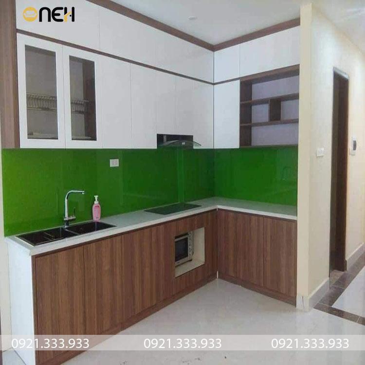 Tủ bếp số 13 được làm bằng gỗ công nghiệp MFC phủ melamine vân gỗ kết hợp màu trắng