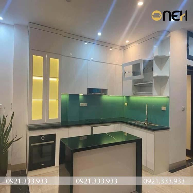 Tủ bếp có màu sắc trùng với màu sơn, đảm bảo yếu tố phong thủy cho gia chủ