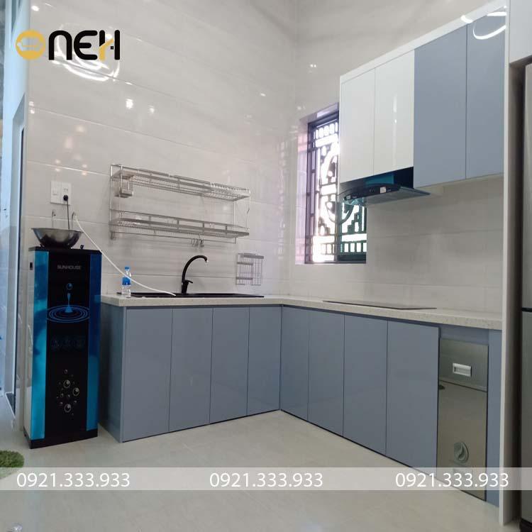 Tủ bếp màu ghi vô cùng đơn giản, với các khách hàng có nhu cầu tủ bếp nhỏ, vừa đủ dùng cho 1 hoặc 2 người