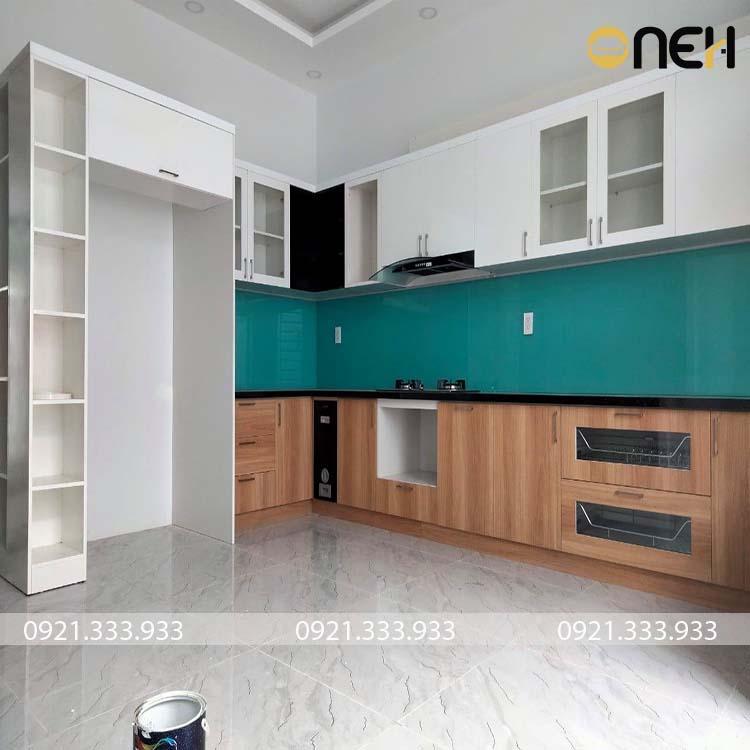 Tủ bếp có khung hút mùi được thiết kế hiện đại máy hút được ẩn trong tủ bếp nên đảm bảo tính thẩm mỹ