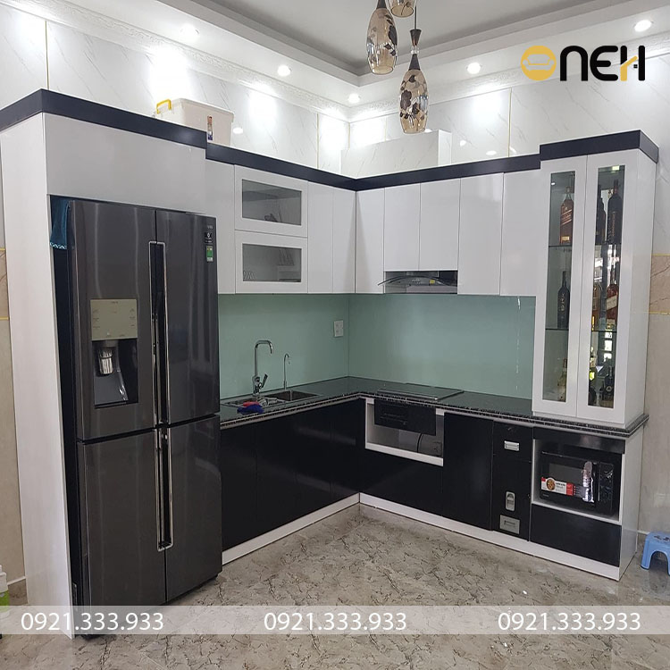 Tủ bếp nhỏ gọn kết hợp màu trắng đen rất đẹp mắt