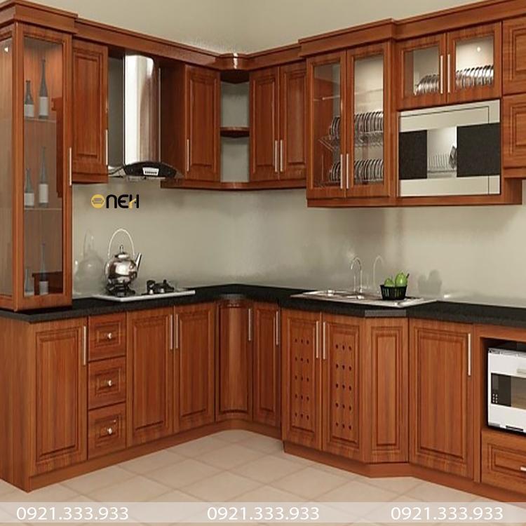 Tủ bếp làm từ gỗ sồi Mỹ sở hữu độ mịn màng, vân gỗ nhỏ sọc được phủ PU đẹp mắt
