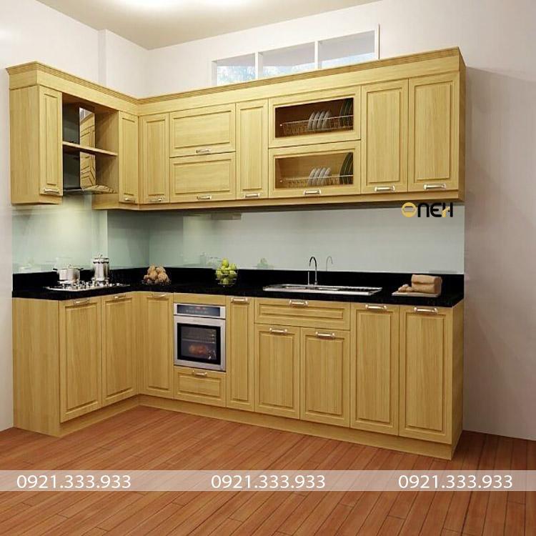 tủ bếp gỗ sồi Nga có màu vàng nhạt mang đến cho căn bếp sáng, thoáng mát