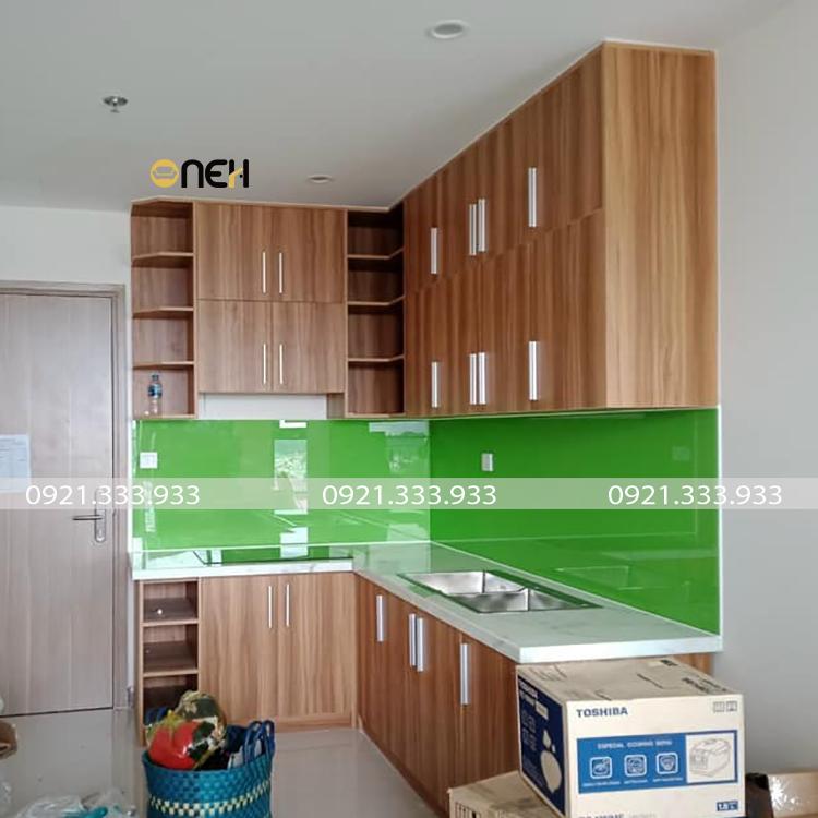 Tủ bếp được làm bằng gỗ công nghiệp có thiết kế tủ bếp trên kèm các kệ tủ độc đáo