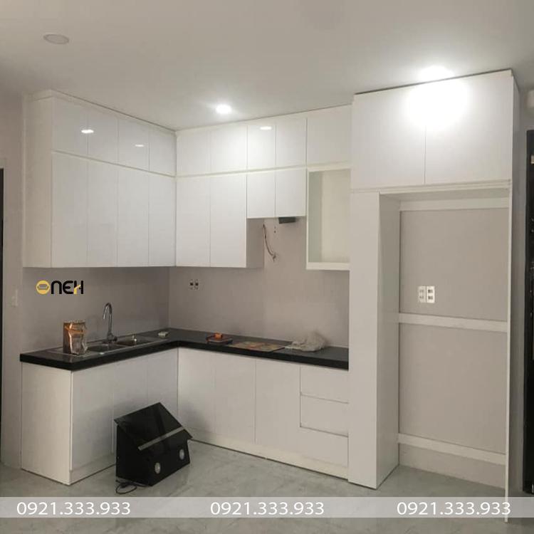 Tủ bếp chữ L kịch trần có thiết kế hiện đại, tận dụng tốt không gian bếp