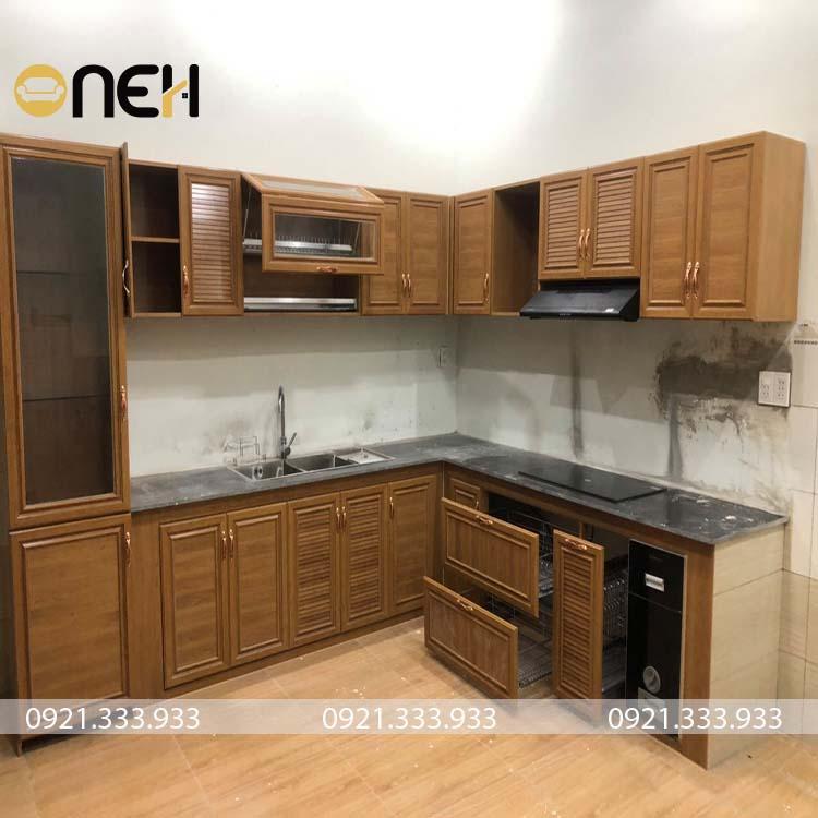 Tủ bếp gỗ tự nhiên chữ L kết hợp với tủ lớn cửa kính đẹp mắt