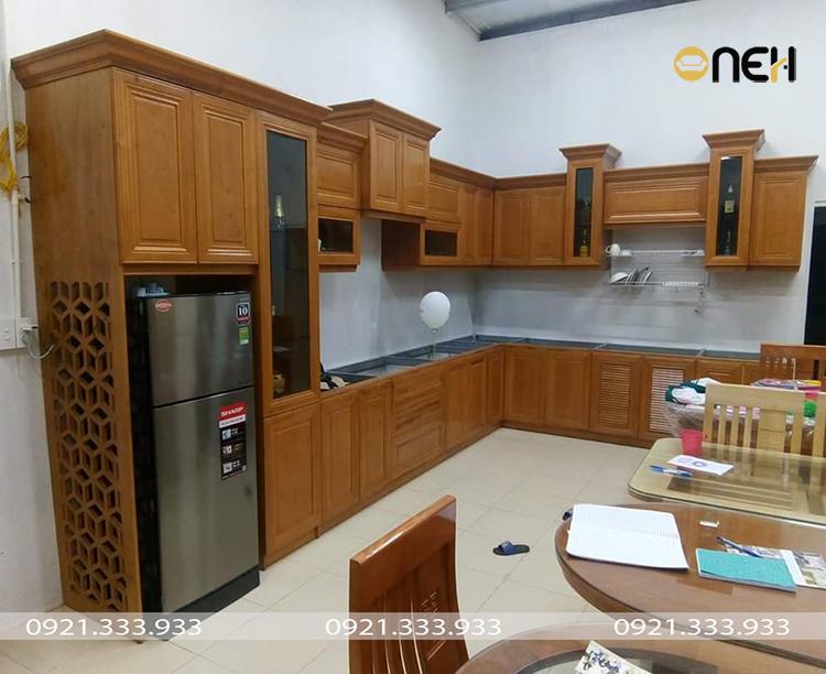 Tủ bếp chữ L cho nhà bếp lớn có thiết kế mới lạ - họa tiết được chạm khắc nổi bật