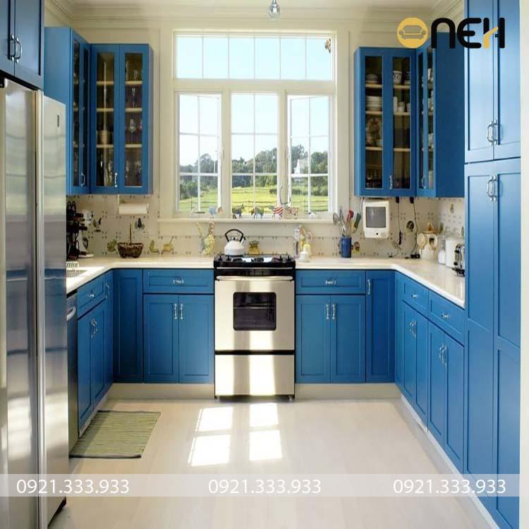 Tủ bếp màu xanh nước biển nổi bật, mang lại nét hài hòa cho căn bếp