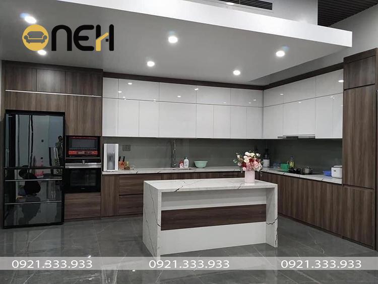 Mẫu tủ bếp hiện đại đẹp chữ L được kết hợp vân gỗ và sắc trắng sang trọng, ấm áp