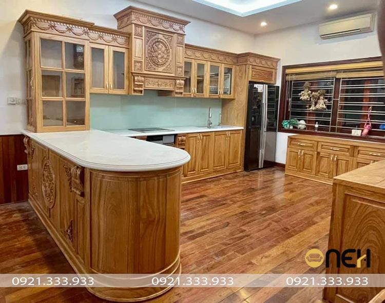 Tủ bếp hiện đại gỗ tự nhiên, họa tiết điêu khắc tinh xảo, tỉ mỉ