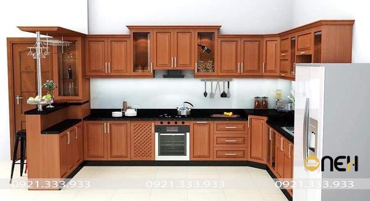 Tủ bếp hiện đại gam màu vân gỗ nâu đỏ kết hợp sắc đen tạo được điểm nhấn thu hút người nhìn