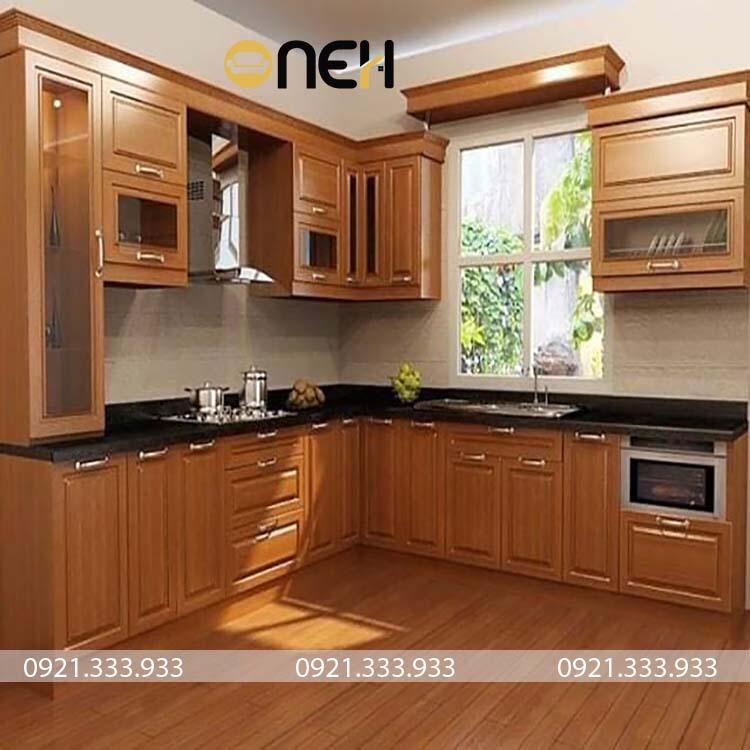 Mẫu tủ bếp gỗ tự nhiên chữ L được thiết kế trang bị đầy đủ công năng