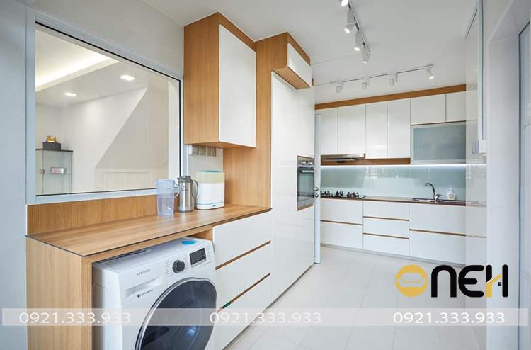 Tủ bếp hiện đại phủ Melamine vân gỗ sáng pha trộn gam màu trắng mang đến không gian tươi mới