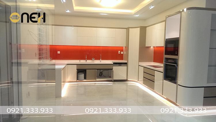 Tủ bếp hiện đại chữ U bề mặt phủ Acrylic sáng bóng tương phản sang trọng, hiện đai