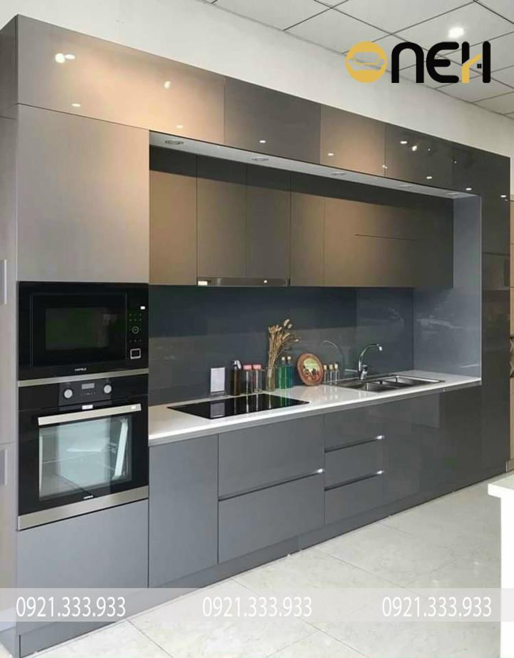 Tủ bếp chữ I được trang bị đầy đủ các vật dụng nội thất cần thiết cho một mẫu tủ bếp thông minh
