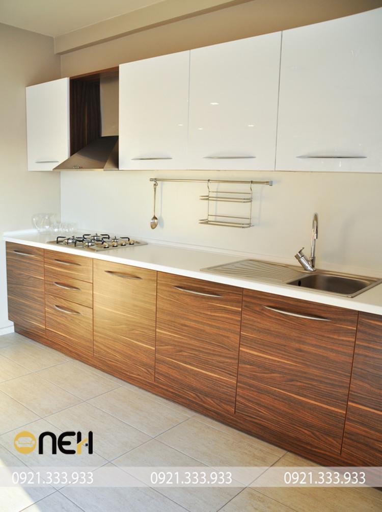 Thiết kế mẫu tủ bếp chữ I gỗ óc chó nhỏ gọn, kết hợp hài hòa giữa vân gỗ và gam màu trắng