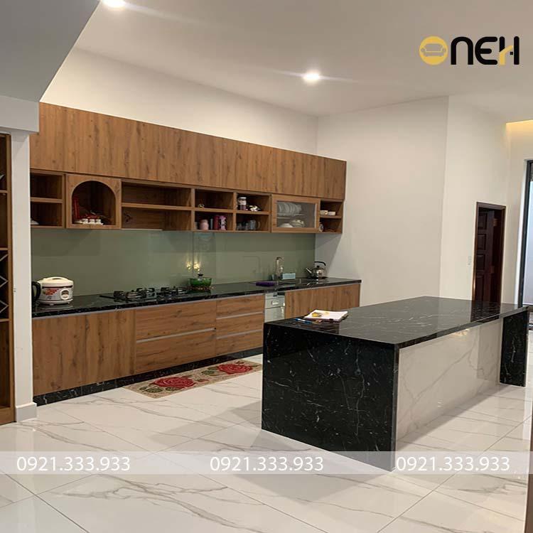 ủ bếp liền khối chữ I đường nét thiết kế đơn giản đề cao vẻ đẹp sang trọng, ấm áp