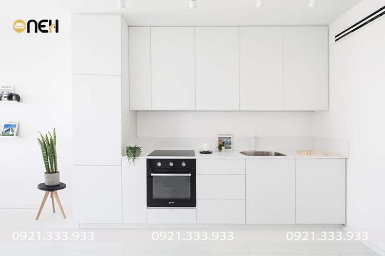 Thiết kế tủ bếp chữ I hiện đại với gam màu trắng sáng giúp không gian phòng bếp trở nên rộng rãi