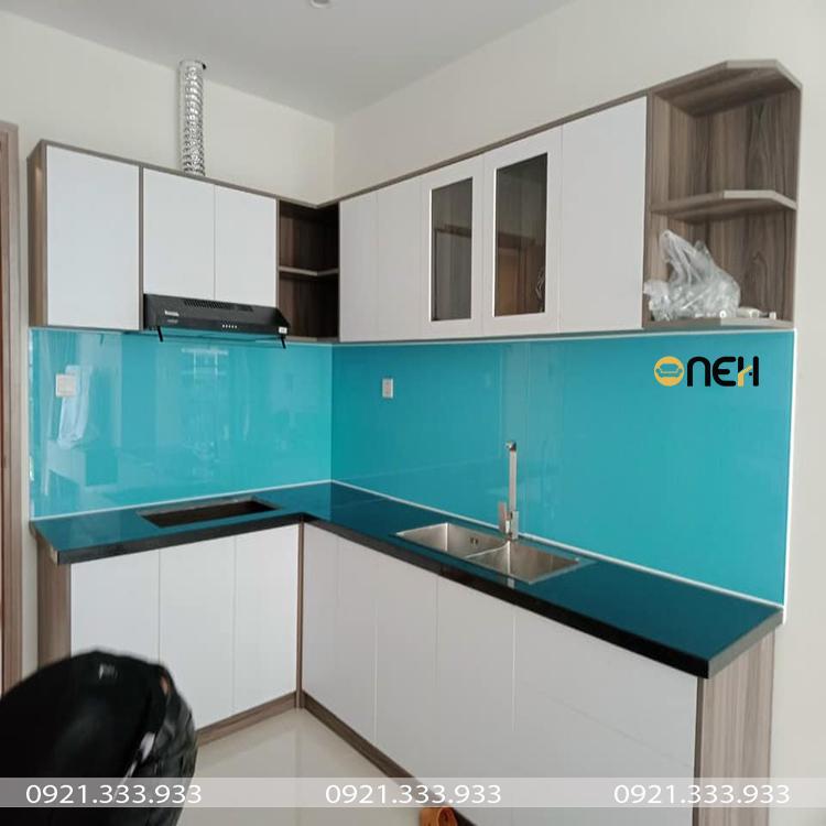 Tủ bếp chữ L có thiết kế hiện đại, bề mặt tủ bếp mịn và sáng