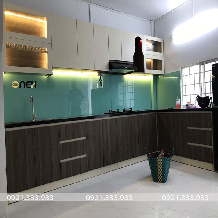 Tủ bếp chữ L acrylic bóng gương có độ phản chiếu ánh sáng tốt