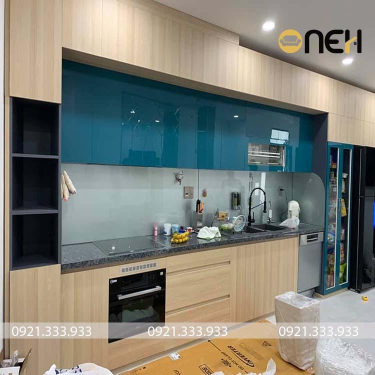 Tủ bếp được làm bằng chất liệu gỗ công nghiệp có giá rẻ, thiết kế hiện đại