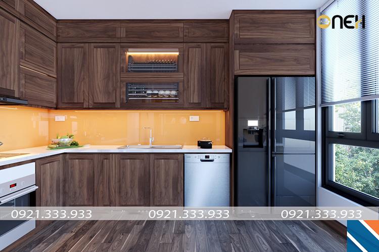 Thiết kế kết hợp chất liệu gỗ óc chó làm tủ bếp và ốp kính bề mặt tường giúp đảm bảo tính thẩm mỹ