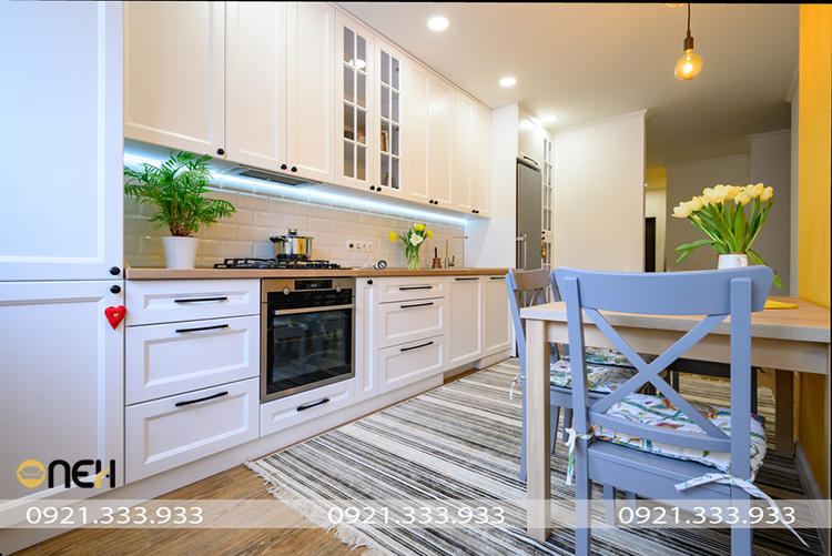 Thiết kế tủ bếp gỗ đẹp mắt bề mặt phủ sơn gam màu trắng tinh tế hiện đại