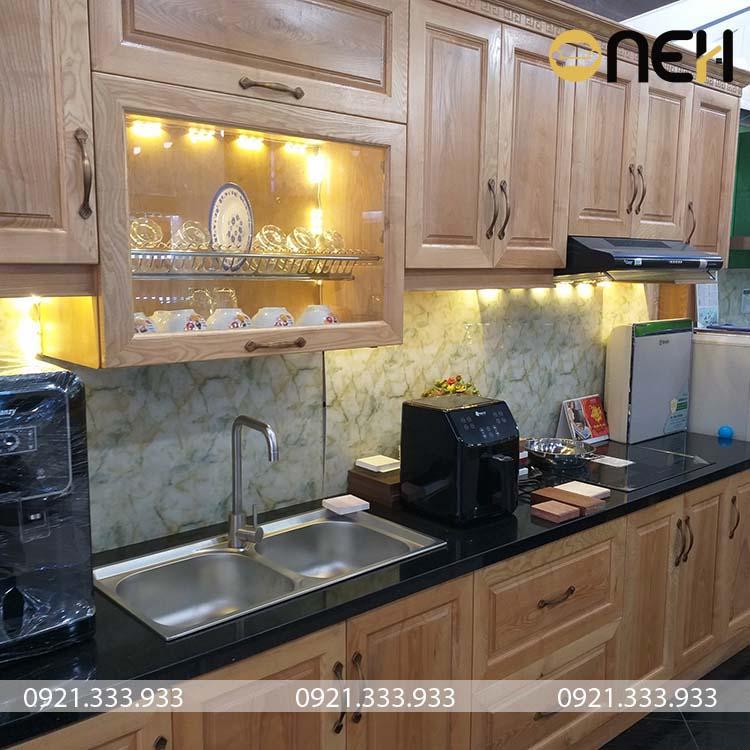 Tủ bếp gỗ sồi Nga được thiết kế với phong cách cổ điển, các đường vân gỗ là điểm nhấn