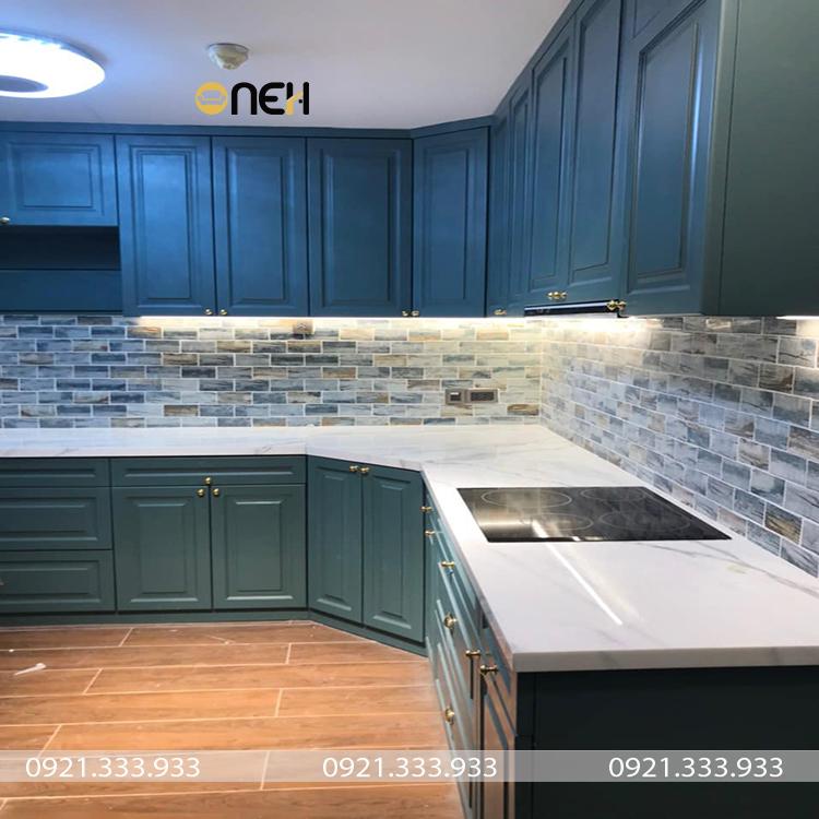 Tủ bếp gỗ sồi Nga kiểu chữ L được phủ sơn màu xanh sang trọng