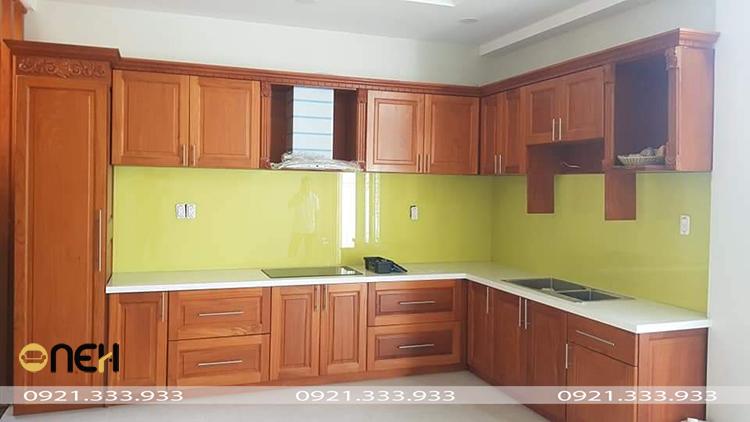Tủ bếp gỗ tự nhiên thể hiện được tính thẩm mỹ vượt trội và sự liên kết kiến trúc của ngôi nhà