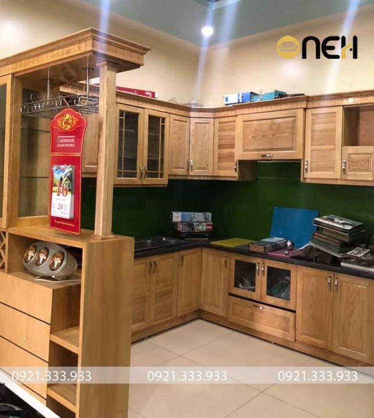 Tủ bếp gỗ tự nhiên có thể tạo thành các họa tiết tủ bếp đẹp, phức tạp