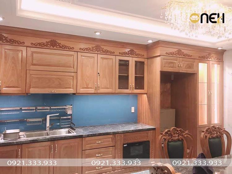 Tủ bếp được làm bằng gỗ tự nhiên mang lại một vẻ đẹp mộc mạc, gần gũi