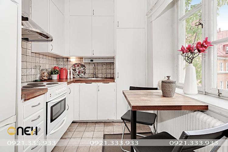 Thiết kế tủ bếp Bắc Âu gam màu trắng và nâu nhạt đơn giản, giúp phòng bếp trở nên sáng và rộng rãi